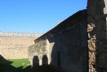 Campo Maior / Campo Maior es una bonita localidad portuguesa al Noroeste de Badajoz y Suroeste de Alburquerque. Cuenta con un potente castillo y muralla abaluartada, dos bonitas iglesias renacentistas y un casco urbano muy bien cuidado, digno de una ciudad portuguesa. Se realiza en Campo Maior algunos años un vistoso festival de las flores.