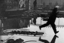"""Fotografia de Rua / """"Para mim, a fotografia é uma arte de observação. É sobre encontrar algo interessante em um lugar comum… Eu acho que isso tem pouco a ver com as coisas que você vê e tudo a ver com a maneira como você as vê"""" – Elliott Erwitt"""