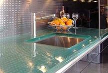 Szkło w kuchni / Panele szklane, okapy i meble wykonane przy użyciu szklanych elementów. Przezroczyste, kolorowe, z motywami.
