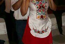 Esküvő kalocsai kézzel hímzett ruhákban