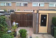 serre afdak vlonder / in de tuin afdak van stegdoppel houtenvlonder afgetimmert met zweeds rabbat en glas in lood ramen