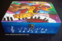 CAJAS CON MOTIVOS MUSICALES. / Virtu se sorprendió muchísimo al recibir este regalo, una caja de madera decorada especialmente para ella. Fue una gran sorpresa de sus amigos. Es una enamorada de la música, por eso la elección del dibujo estaba bastante clara desde el principio, incluido el poner su nombre en la partitura. Gracias Nines por confiarme un regalo tan especial.