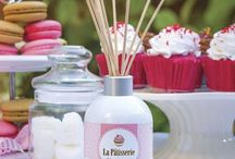 La Patisserie / La deliciosa pastelería francesa siempre nos ha cautivado con sus originales sabores y delicadas presentaciones. Te invitamos a que disfrutes de estos aromas en el corazón mismo de tu hogar. Fragancias gourmand, dulces y crujientes, que llenarán de ternura y calidez cada uno de tus espacios.