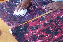 Mes expérimentations / Ce sont des expérimentations créatives sur les papiers colorés, la teinture, la linogravure, la broderie…