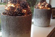Huisdecoratie / Gewoon bloempot met dennenappels en lichtjes.