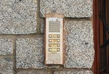Reposición Interfono Comunidad / Cambio de placa exterior más teléfonos en edificio de 6 vecinos. Placa exterior Cityline sistema convencional 4+N de fermax.  Teléfonos en viviendas mis. Loft basic de Fermax