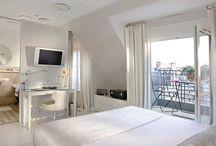 Chambre Deluxe Terrasse - Deluxe Terrace Room / Chambre d'Amélie : magnifique chambre mansardée au 8ème étage de l'hôtel avec terrasse assurant une vue imprenable sur La Tour Eiffel, Le Sacré Cœur et l'Arc de Triomphe. www.hotelbanville.fr/hebergement/chambres-terrasse.html