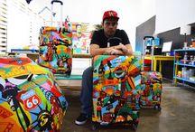 LOBO POP ART: AMERICA, EUROPE / Lobo to artysta uważany za wzorzec Pop Art w Brazylii i na świecie. Współpracował z takimi firmami jak: Heineken, C&A, Brasil Kirin, Procter & Gamble, Grupo RBS, Bauducco, FAV 105, Rolling Stone Magazine, Kohlhase & Kopp. Dla BG Berlin stworzył dwie kolekcje: EUROPE i AMERICA.