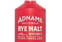 Adnams Whisky / Adnams braut seit 1872 feine Ales in Southwold, England und ist berühmt für seine fass-aufbereiteten Ales und Flaschenbiere. 2008 fiel die Entscheidung mit der gleichen Leidenschaft, nur die allerbeste Qualität zu produzieren, das Handwerk der Spirituosenherstellung aufzunehmen. Daraufhin eröffnete 2010 die Adnams Copper House Distillery neben der Brauerei, in der die 3 Whiskys im Copper Still-Verfahren hergestellt werden.