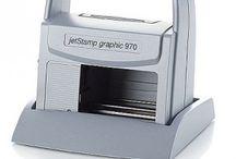 Handprinters / Reiner, bekend van de handnumeroteurs, is ook de fabrikant van deze handige handprinters. Het handmatig wisselen van datum en tijd is niet meer nodig dankzij de speed-i-jet- en de jetStamp-stempels van Reiner. Ook langere teksten, logo's en bijvoorbeeld streepjescodes kunnen eenvoudig worden gedrukt.