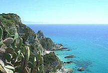 """Tropea & Capo Vaticano / """"Der Küstenabschnitt, der im Capo Vaticano endet, ist voll von Geschichte und Schönheit. Man könnte ihn, mit ein wenig Bedauern und Heimweh, Costabella nennen"""", schrieb einst der Schriftsteller Giuseppe Berto ."""