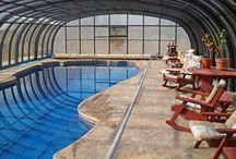 Posuvné zastřešení bazénů - vysoké / Posuvné zastřešení bazénů vysokého typu vyrábí a dodává firma Alukov a.s., člen skupiny IPC Team.