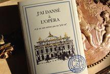 """Les Petits Paris / """"Les petits livres vides"""" c'est la marque de fabrique de """"Dans sa tête"""".  Un vrai classique adopté dans beaucoup de boutiques de musée... On les adore pour leur originalité intemporelle, ils sont un cadeau incontournable pour les amoureux de Paris...  Pliés à la main, leurs couvertures à rabat évoquent le roman, mais là, il s'agit de l'écrire soi-même..."""