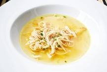 Suppen und Suppeneinlagen / Das wichtigste bei der Zubereitung von Suppen ist die sogenannte Brühe - die sollte immer frisch und perfekt abgeschmeckt sein. Bei Cremesuppen ist auch die Frische und der Geschmack der verwendeten Gemüsesorten äußerst wichtig. Von süß bis pikant von cremig bis klar - bei unseren Rezepten ist bestimmt auch etwas für Sie dabei.
