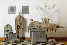 Эд Кинхольц / Эд Кинхольц (1927–1994) – американский художник из поколения битников, известный своими инсталляциями. В своих работах Кинхольц использовал предметы из повседневной жизни. Он говорил: «Я могу понять любое общество, просто заглянув в его мусорки и посмотрев на содержание блошиных рынков». Помимо этого, он вводил в свои инсталляции звуковые эффекты, специально запрограммированные запахи и настоящих животных.