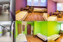 EKONOMICZNE POKOJE TURYSTYCZNE. / Oferujemy również 118 miejsc w ekonomicznych pokojach turystycznych. Każdy pokój wyposażony jest w umywalkę oraz bezpłatny dostęp do Internetu. Na każdej kondygnacji znajduję się WC oraz prysznice ogólnodostępne.
