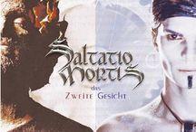 """Saltatio Mortis / I Saltatio Mortis sono un gruppo tedesco noto per suonare musica medievale utilizzando strumenti dell'epoca. Il loro nome latino significa """"Danza della Morte"""". Spesso usano le cornamuse come strumento per assoli, e le loro performance live attirano l'attenzione per il look bizzarro dei componenti."""