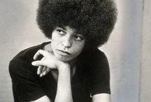 Angela Davis / Angela Yvonne Davis, née le 26 janvier 1944 à Birmingham en Alabama, est une militante des droits de l'homme, professeur de philosophie et militante communiste de nationalité américaine. (Source Wikipédia)