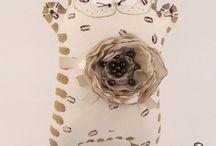 Котэ Латте Макиато / Кофейный Котэ - Латте с карамелью и корицей! Приготовлен по специальной итальянской технологии, украшен нежным  как воздушная пена из молока цветком. Итальянское macchia обозначает маленькое пятнышко кофе, остающееся на поверхности молочной пены.   Котэ подаётся в высоком стеклянном стакане с длинной ложечкой для мороженого и соломинкой!