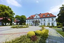 """Woźniki - Pałac Czarny Las / Pałac """"Czarny las"""" w Woźnikach wzniesiony przez Ferdinanda Zieglera na przełomie XIX i XX wieku. W 1942 roku posiadłość przejął skarb państwa III Rzeszy, były tu mieszkania m.in. dentysty. W 1999 roku spółka Era przeprowadziła generalny remont zabytku, który przekształcono w luksusowy czterogwiazdkowy hotel otwarty w 2003 roku."""