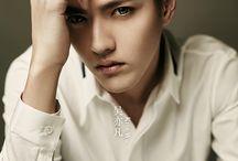 Wu Yi Fan | Kris | 크리스 / Сценическое имя: Kris / 크리스  Дата рождения: 6 ноября 1990 год  Место рождения: Гуанчжоу, Гуандун, Китай  Рост: 187 см  Вес: 73 кг Группа крови: О Знак зодиака: Скорпион