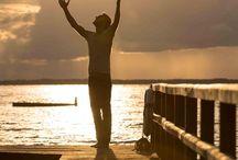 Achtsamkeit Mindfulness / Achtsamkeit Mindfulness kann im Zusammenhang mit einem besonderen Wahrnehmungszustand und Bewusstseinszustand verstanden werden, als spezielle Persönlichkeitseigenschaft sowie als Methode zur Verminderung von Leiden.