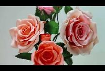 Porcelán virágok és társaik.