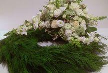 Begravelse / Det er altid trist, at skulle sige farvel. Men det er tit vigtigt for at komme ordentligt videre. Vis den sidste tanke og respekt med vores enkle og smukke begravelses blomster.