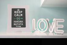 Enmarcados / Pensamientos positivos e ideas con esperanza también tienen su hueco en casa con estos bonitos marcos de sobre mesa. Ni pesan, ni tienes que agujerear la pared, además pueden ser personalizados.