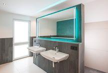 Ideen für die farbliche Gestaltung/ Farbkonzept und Oberflächen für Badezimmer / Badezimmer Gestaltung mit Spachteltechnik. Die Wand im Badezimmer wird von einer Spachteltechnik an einer Wand über dem Badewanne akzentuiert.
