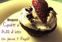 Cupcakes ai frutti di bosco con fragole e panna VEGAN / http://mani-libere.blogspot.it/2015/04/cupcakes-ai-frutti-di-bosco-con-panna-e.html