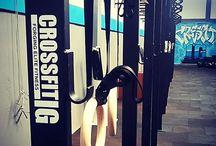 CROSSFITIG / O CrossFit é um programa de treinamento de condicionamento físico e força baseado em movimentos funcionais, feitos em alta intensidade e em constante variação.