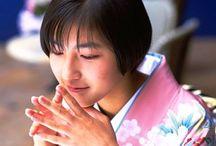 Рёко Хиросуэ / Рёко Хиросуэ (яп. 広末 涼子 Хиросуэ Рё:ко, род. 18 июля 1980 года в Коти, префектура Коти, Япония) — японская актриса и певица. На Западе наиболее известна по фильму Люка Бессона «Васаби» и по роли в получившем «Оскар» фильме «Ушедшие».