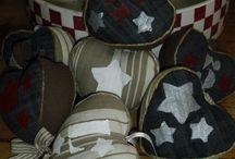 les coeurs à suspendre pochés  / Une collection de cœurs à suspendre pochés sur du jean's ou de la toile matelas, une manière de recycler nos vieux jean's . Idéal pour une déco type industriel ou dans une chambre d'ado