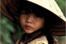 enfant qui porte la chapeau traditionnel vietnam
