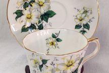 Belas xícaras em branco.