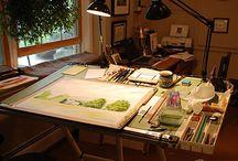 Diferentes escritorios o salas de estudio