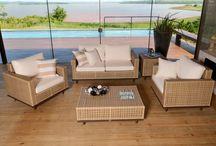 Linha Comalle / A linha Comalle é composta por jogo de sofá (2 e 3 lugares), poltrona, mesa de centro e mesa de canto. Suas peças são estruturadas em alumínio e trançada manualmente com fibra sintética.