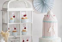 Candybar / Ganz in pastelligen Nuancen gehalten ist diese Candybar das Highlight auf jeder Vintage-Hochzeit. Die Torte in Form eines Vogelkäfigs ist ein echter Blickfang und fast zu schön zum Anschneiden. Zuckerstangen, Bonbons, Macarons, Cookies und Marshmallows lassen die Herzen kleiner und großer Leckermäulchen höher schlagen! Konzept: www.sweet-candy-table.de
