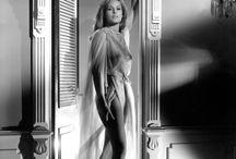 Урсула Андресс (Ursula Andress) /  Швейцарская киноактриса, секс-символ 1960-х во Франции, более всего известная как первая из «девушек Бонда».