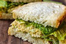 Lunch / De meeste mensen nemen een half uur de tijd om te lunchen. Dit kan zowel thuis, op het werk, op een terras of in een restaurant zijn. De lunch zal hoofdzakelijk een broodmaaltijd zijn, maar kan ook warme hapjes of zelfs een uitgebreide warme maaltijd betekenen. Over het algemeen wordt er een boterham (of een vorm van brood), een sandwich, een vorm van zuivel (zoals yoghurt of kwark) of fruit gegeten. Ook salades kunnen een onderdeel zijn van de lunch.