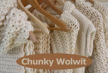 Chunky Wolwit / CHUNKY WOLWIT staat voor royaal! Royaal in zachtheid, in warmte, van kleur en gebruikte wol. Voor dehandbreisels van CHUNKY WOLWIT hebben we eeneerlijk en duurzame wol uit het nederlandse hoge noorden gebruikt. De zachte, maar tochstoere wol inspireerde tot het breien van een mooie lijn handbreisels. Vesten, omslagdoeken, sjaals en cols. En door het 100% ecologische karakter van de wol 'draag' je ten goede bij aannatuur, mens en dier.