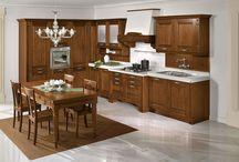 Cucine Classiche - Verona / Verona, cucina classica in legno massello, si propone nella versione tinto noce e nel laccato decapè nei colori avorio e bianco.