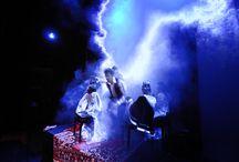 Ziezo tralala…..ja ja! / De talentenklas (zeven muzikanten en twee toneelspelers) van 2008 speelt 'Ziezo': een vrolijke improvisatie voorstelling n.a.v. het boek Ziezo van Annie M.G. Schmidt. Dit in opdracht van de bibliotheek. Het thema van de kinderboekenweek dat jaar is Poezie in kinderboeken.