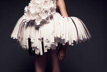 Instalación de Bea Szenfeld / La Instalación de Bea Szenfeld muestra interesantes prendas conceptuales hechas de papel.