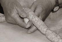 LA DIETA MEDITERRANEA www.italiaMarche.com / La Dieta Mediterranea è nella nostra cultura italiana. La nostra storia, la nostra cultura culinaria e non solo. Un certo modo di vivere ed intendere le cose, le persone, l'agricoltura, i borghi. Era il nostro cibo quotidiano sino a 50 anni fa, erano i prodotti della nostra agricoltura. Prima di tutto lo stile di vita giunto sino a noi.