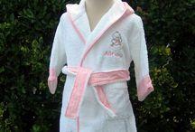 Albornoces de bordadosinfantiles / Albornoces personalizados con el nombre del bebé bordado, talla 1 año.  Un regalo original, práctico y exclusivo porque lleva su nombre.
