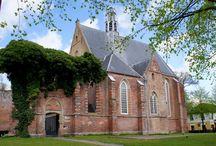 Ruïnekerk in Bergen (Noord Holland) / Bergen is door de ligging in de duinen en het pittoreske karakter een populaire bestemming.