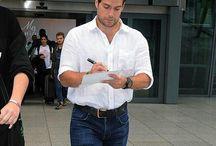 Henry Cavill in London,July 2015 / Henry Cavill spatřen na letišti v Londýně ;) <3 Henry Cavill back in London! and he literally signed autographs all the way home