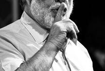 Francis Ford Coppola / Es un guionista, productor y director de cine estadounidense, seis veces ganador del premio Óscar. Es considerado uno de los más importantes directores de la segunda mitad del siglo XX y uno de los más grandes de todos los tiempos, siendo El padrino recurrentemente elegida en encuestas como una de las mejores películas de la historia, y Apocalypse Now una de las más emblemáticas películas de culto en el sistema de producción de Hollywood.